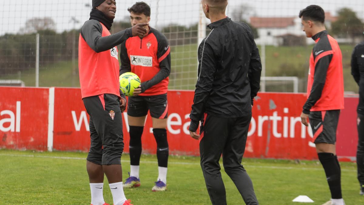 Neftali, a la izquierda, en un entrenamiento.