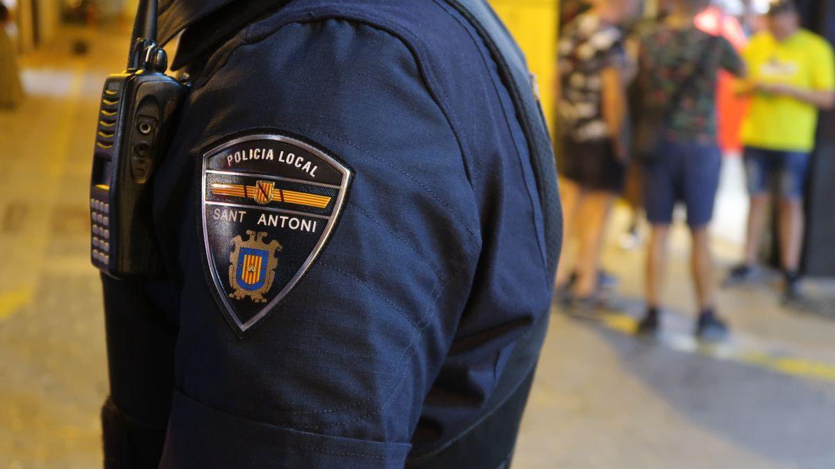 Un policía local de Sant Antoni, en una imagen de archivo.