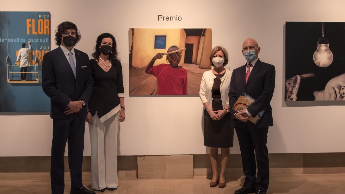 A la derecha, Natividad Pamies ganadora del premio internacional 'Miradas 2020', junto al doctor Alió