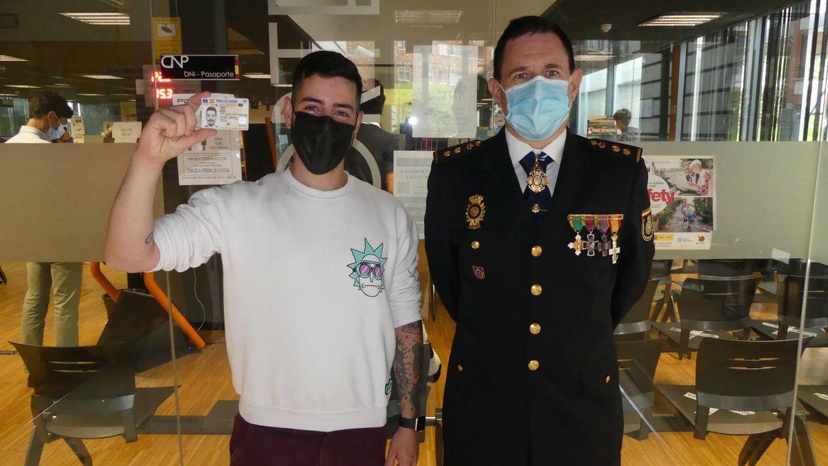 El 1º DNI 4.0 expedido en la Comisaria de Vigo, acompañado por el Comisario, Jefe Comisaría Policía Nacional de Vigo