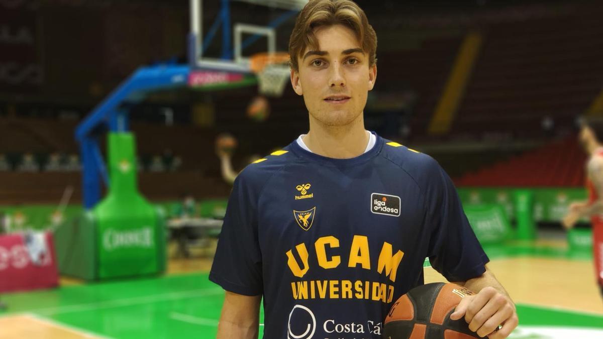 Noah Churchill Sorensen durante el calentamiento del Coosur Betis-UCAM Murcia.