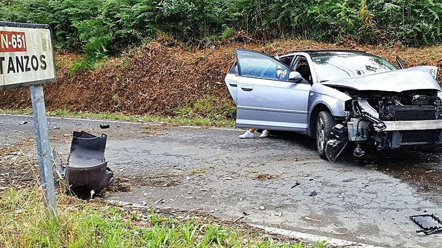 Un piloto sin carné da positivo en drogas tras chocar y cortar un poste de hormigón en Miño