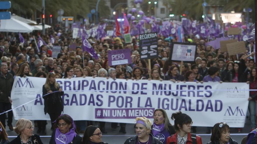 La Agrupación de Mujeres Abogadas de Alicante en la manifestación del 8-M en 2019.