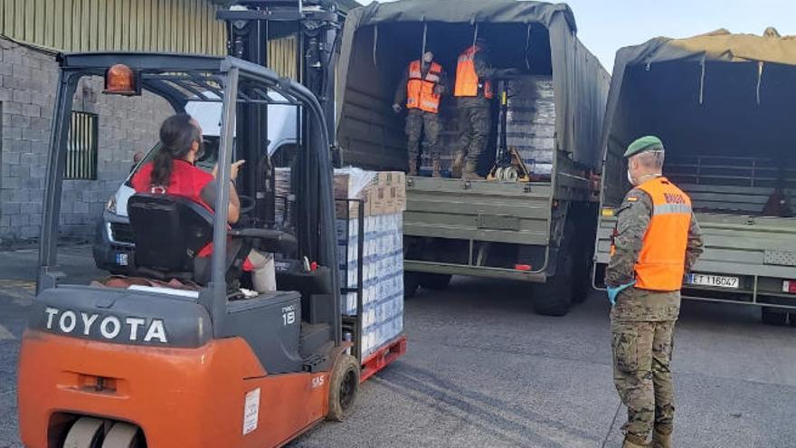 El Ejército ayuda a descargar 8 toneladas de comida para más de 300 usuarios