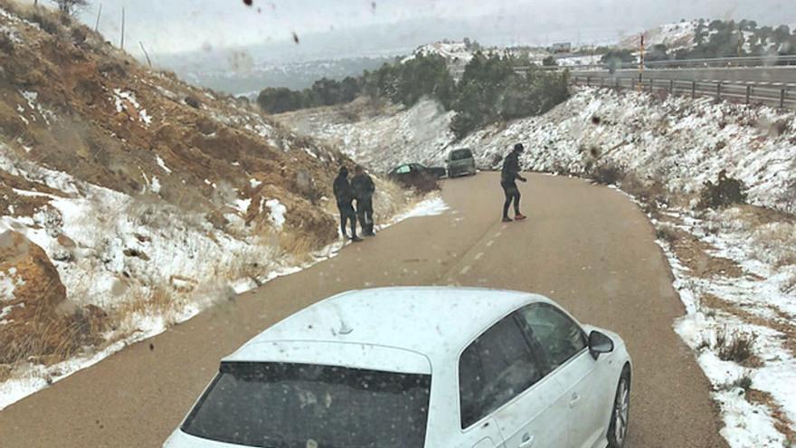 La primera nevada del año provoca  un accidente en cadena en Morella