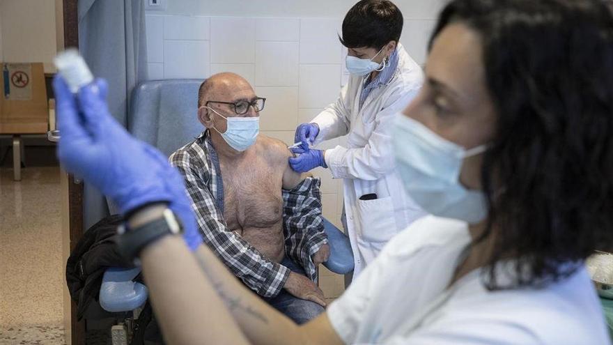 Castilla y León suspende cautelarmente la vacunación con AstraZeneca
