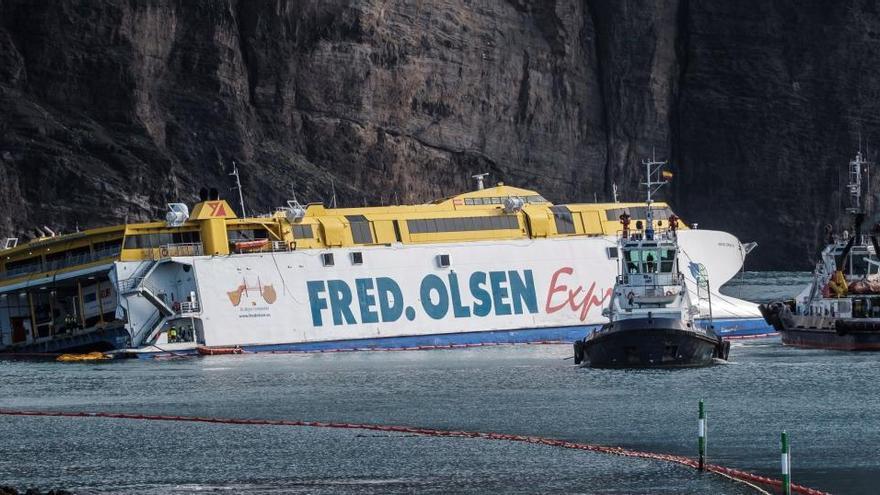 Consiguen desencallar el ferry de Fred Olsen y asegurarlo en el puerto de Agaete