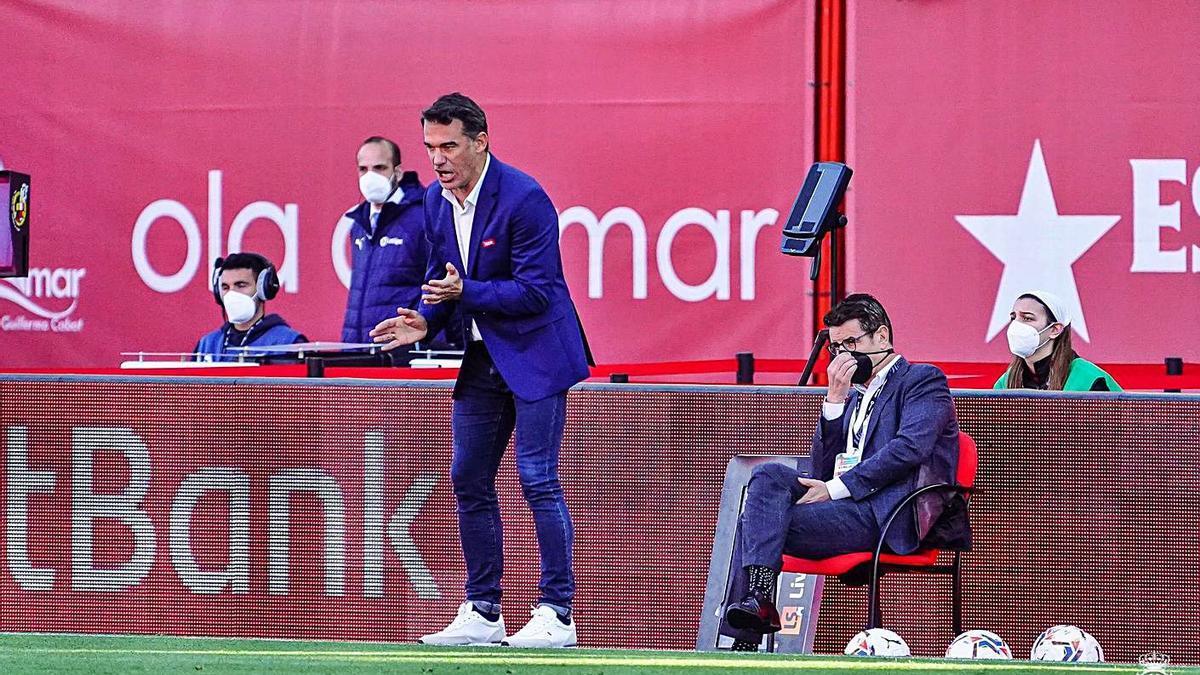 Luis García da indicaciones a sus jugadores durante un partido reciente disputado en Son Moix.