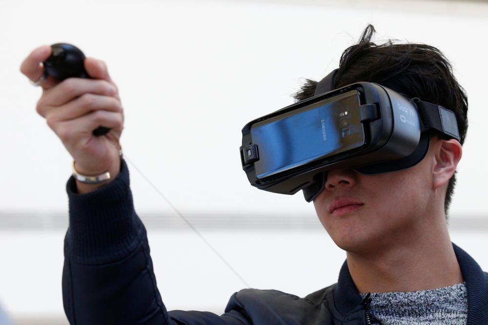 La cámara Gear 360 se acompaña de unas gafas de realidad virtual con un mando a distancia.