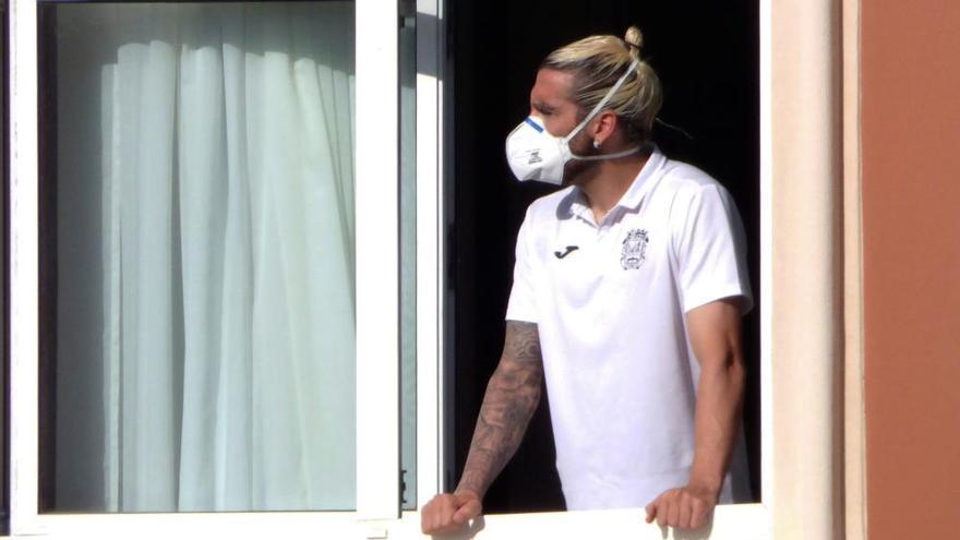 Futbolistas del Fuenlabrada, en las ventanas de su hotel en A Coruña