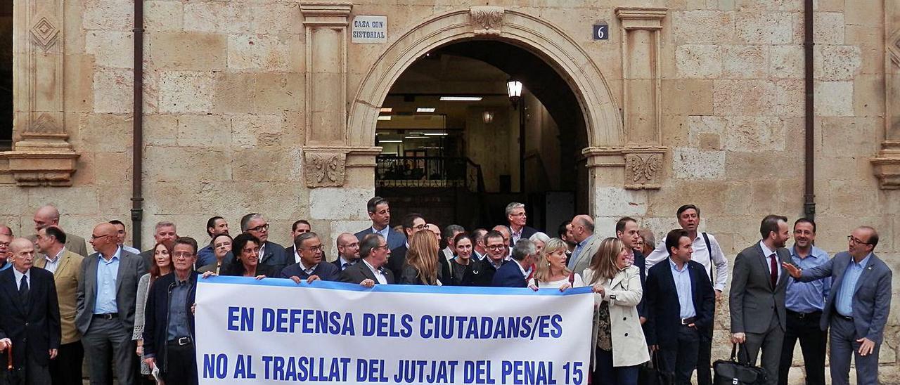 Una protesta del Colegio de Abogados de Alzira contra el traslado de la sala de lo penal en 2016.