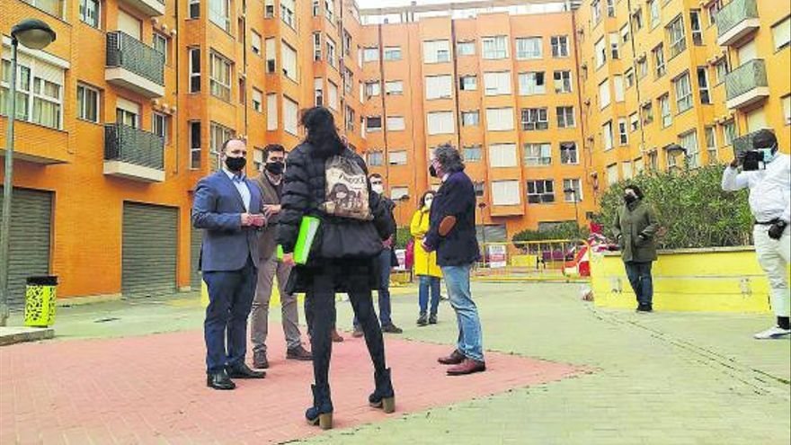 Vivienda negocia con la Sareb para dar solución a las familias de Puçol