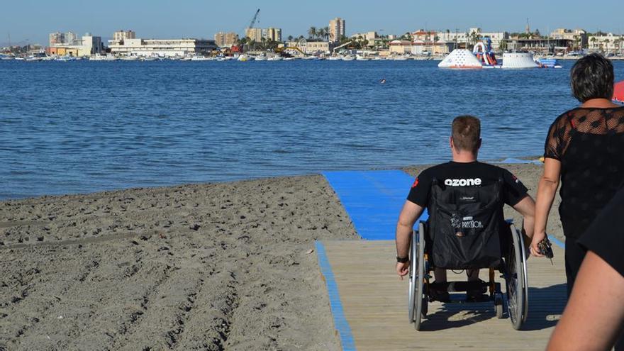 Más de treinta playas murcianas son accesibles a personas con discapacidad