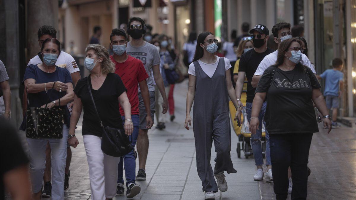 Turistas pasean con mascarillas en Mallorca