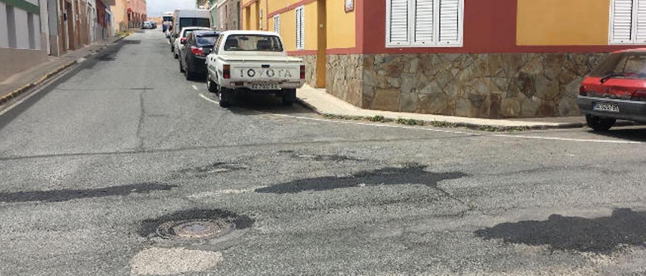 Varios barrios critican el rebacheo de las calles porque no se usó la apisonadora