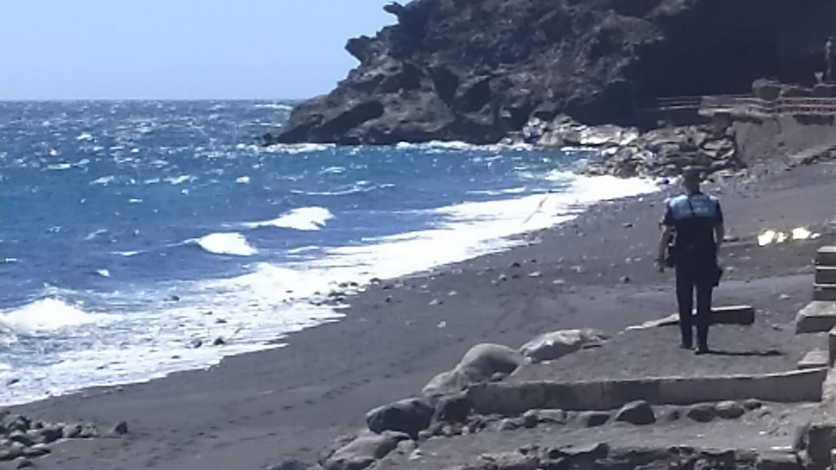 El varón falleció en la playa de Los Guanches