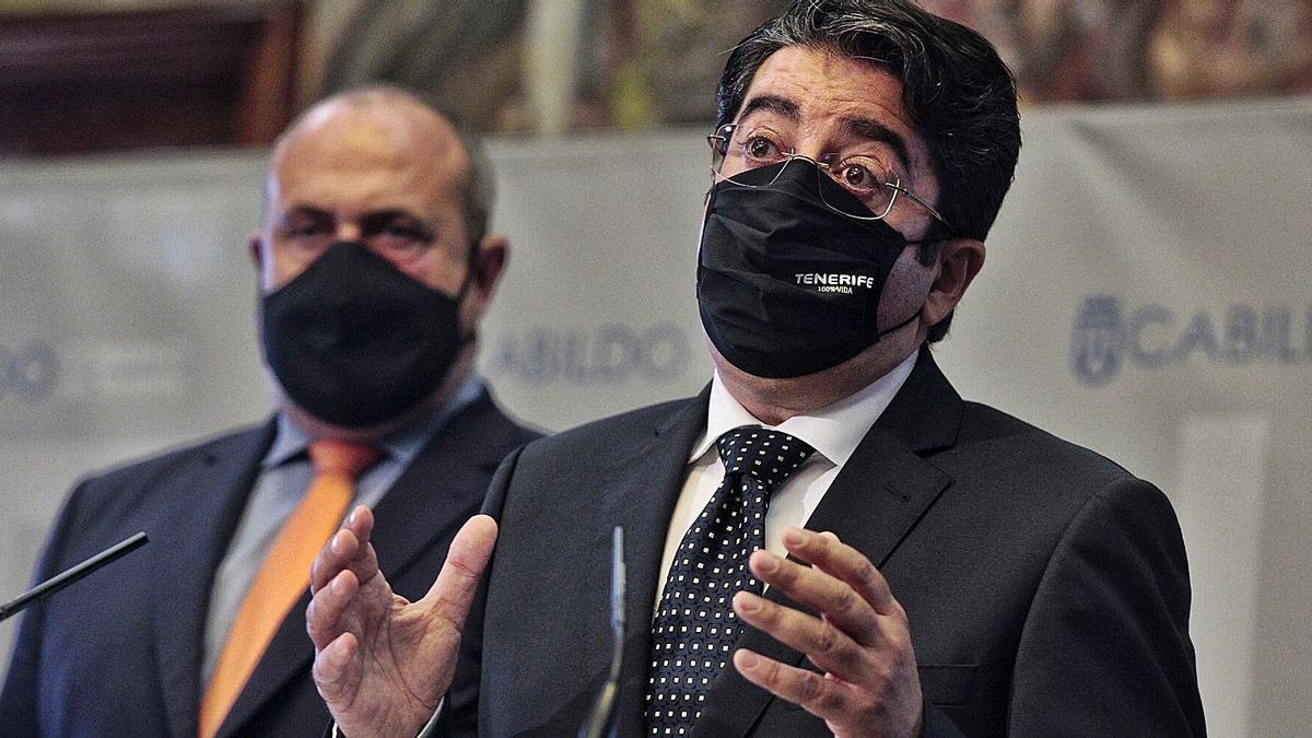 Pedro Martín, en primer término, y Enrique Arriaga, ayer en la rueda de prensa sobre el caso Geneto. | | MARÍA PISACA