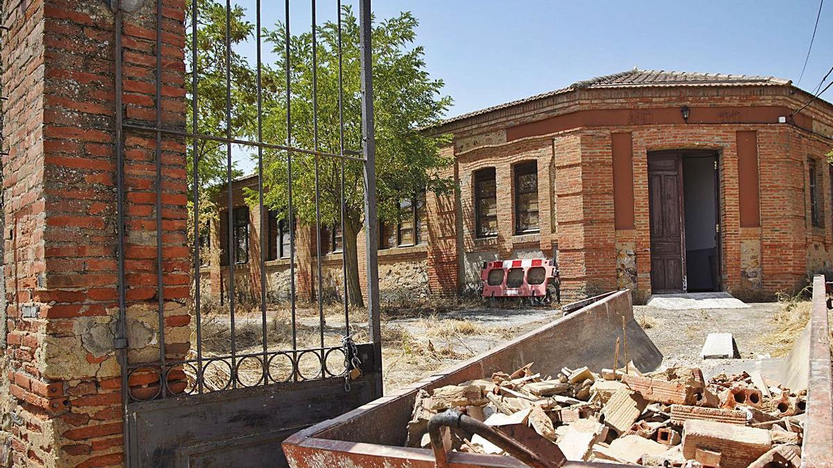 Obras en la vivienda del maestro de las antiguas escuelas de Villarrín de Campos..   Jose Luis Fernández