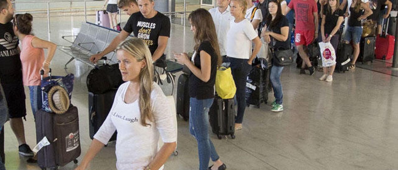 Un grupo de turistas en la terminal de llegadas del aeropuerto majorero tras arribar a la isla.