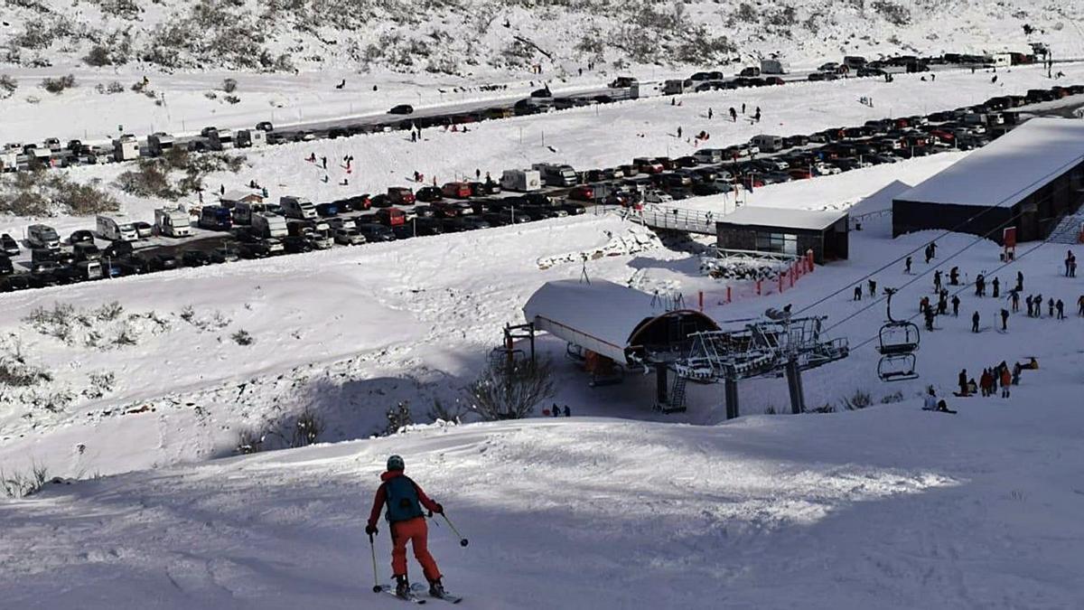 Esquiadores en Fuentes de Invierno, con el aparcamiento de la estación casi lleno, el pasado día 26, con el complejo aún cerrado. | Camporro