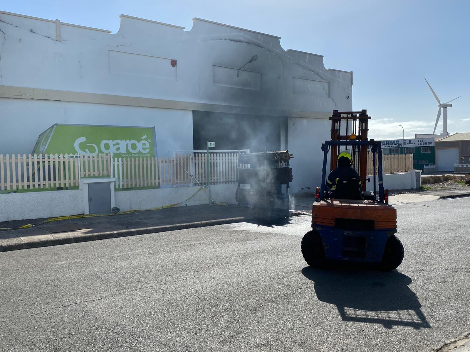 Incendio en una fábrica de muebles de cocina de Gran Canaria