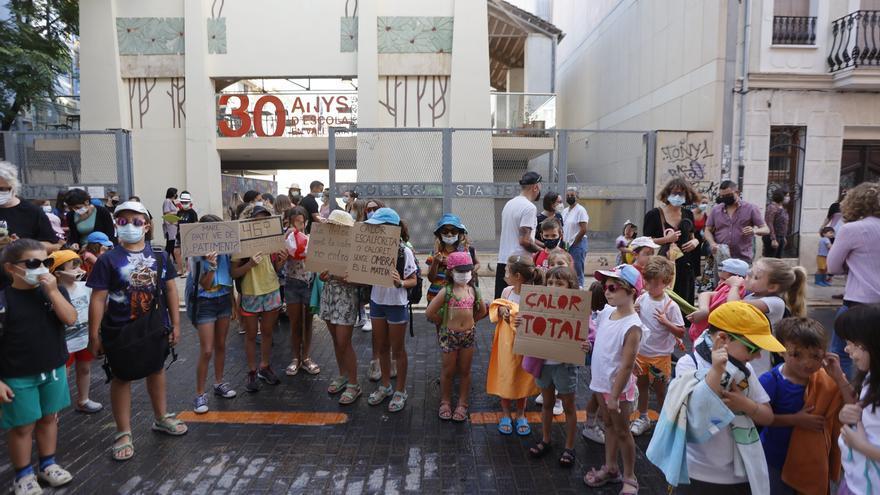 Protesta en bañador porque los niños «se asan» de calor en el patio del colegio