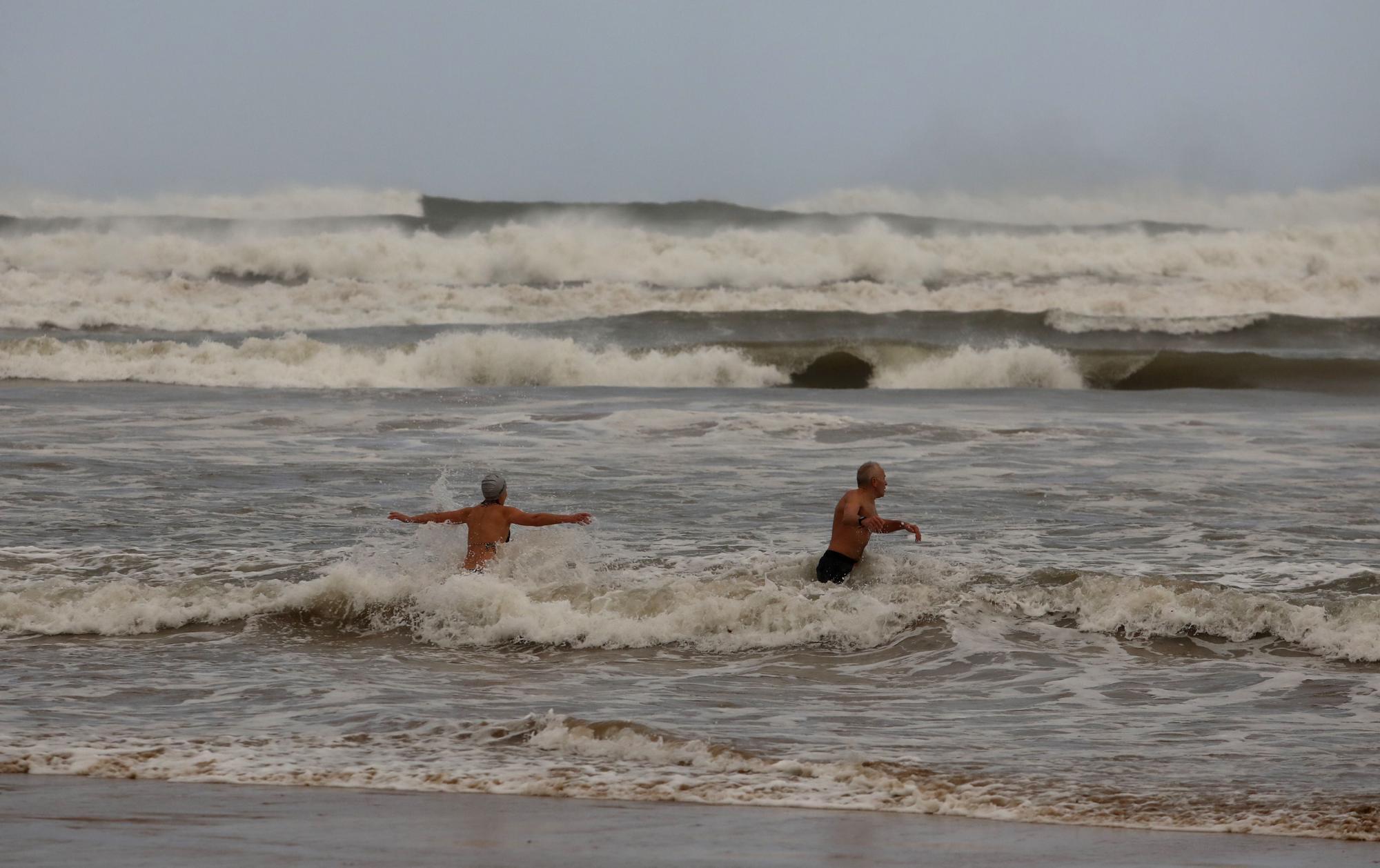 Los bañistas míticos de San Lorenzo resisten al fuerte temporal