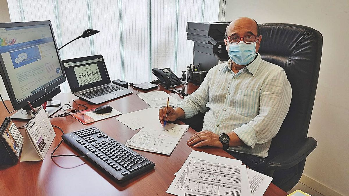 El forense Julio Jiménez, responsable en Ourense del Imelga, en su despacho. // FdV