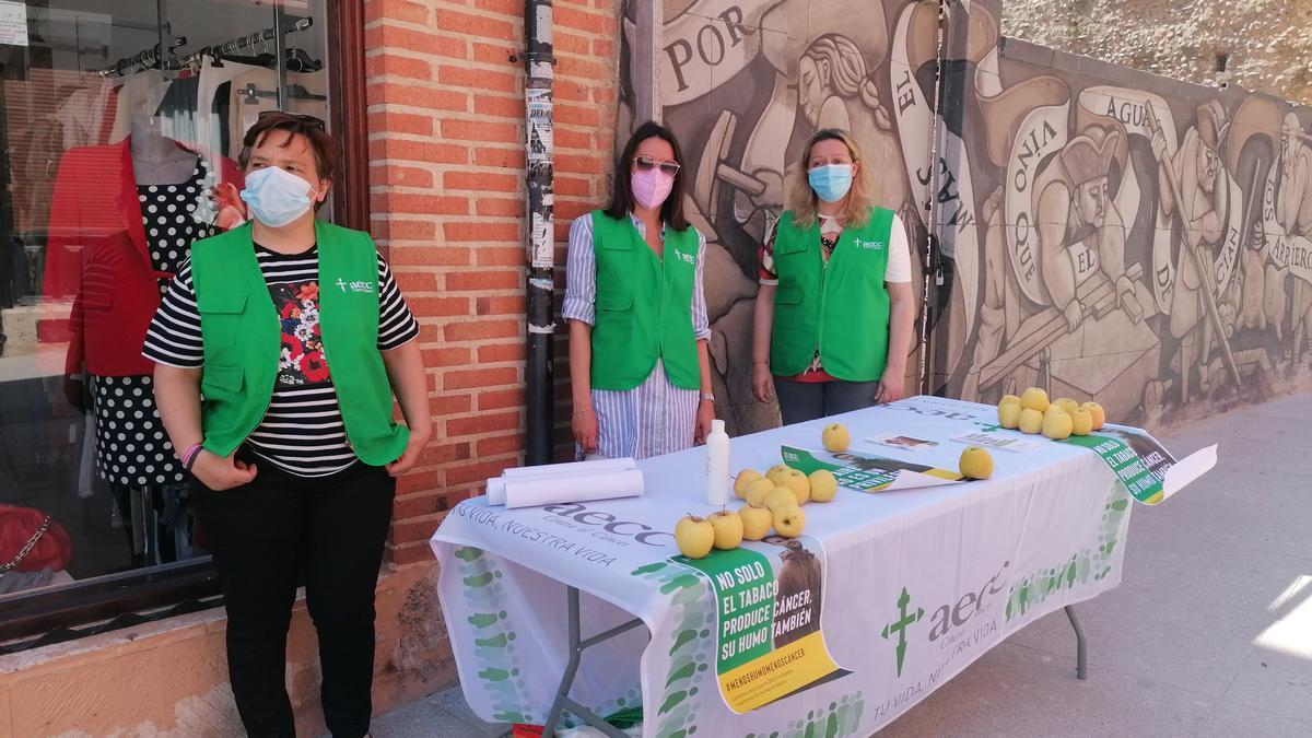 Responsables y voluntarias de la AECC informan sobre los efectos nocivos del tabaco
