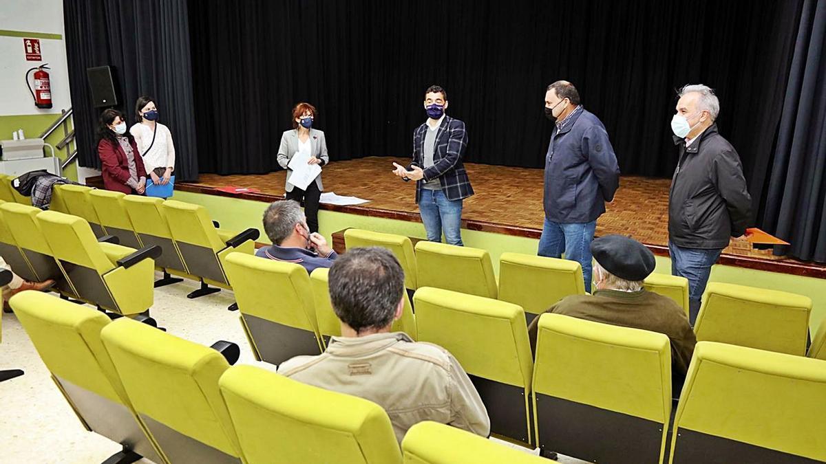 Políticos y junta local de la parcelaria Val de Camba ayer, en el centro cultural Manuel Lamazares.