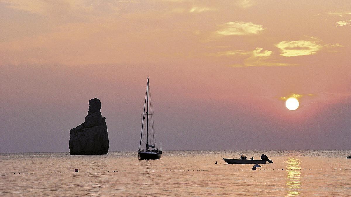Ver la puesta de sol desde la playa de Benirràs, un plan perfecto en Sant Joan