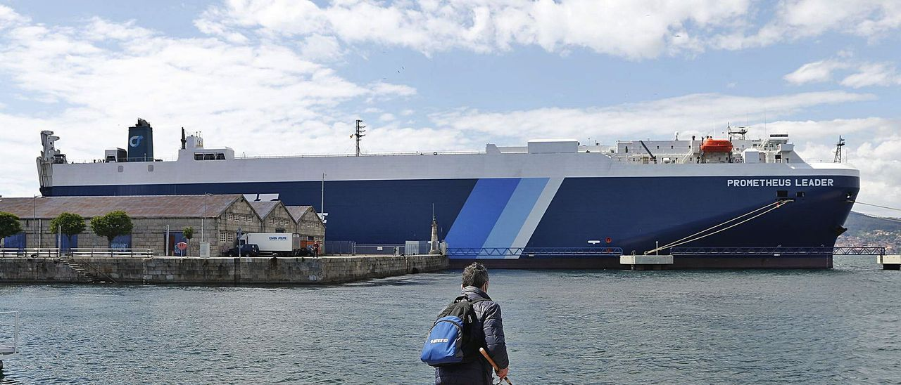 El barco 'Prometheus Leader', con seis marineros contagiados con la variante india, confinado en el Puerto de Vigo.