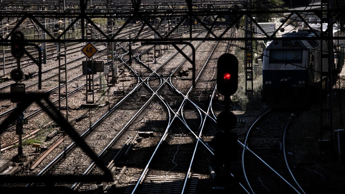 Varios raíles de entrada a la estación de Atocha.