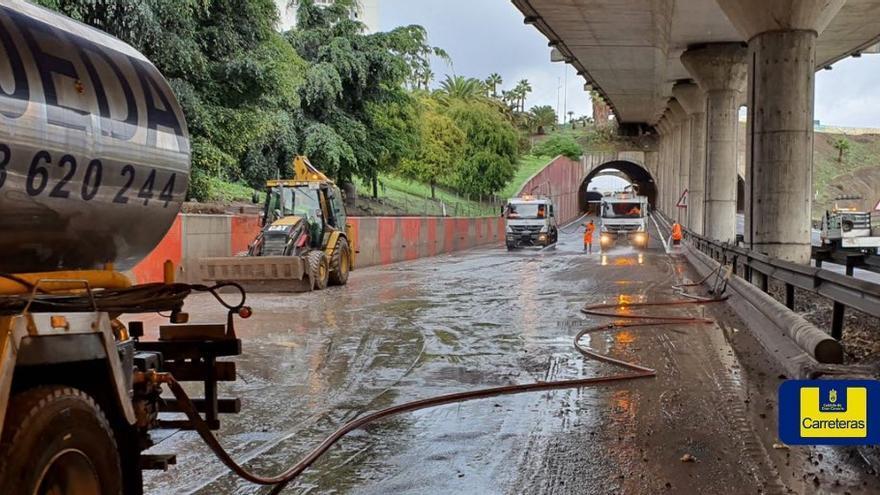 La lluvia inunda el túnel de La Ballena