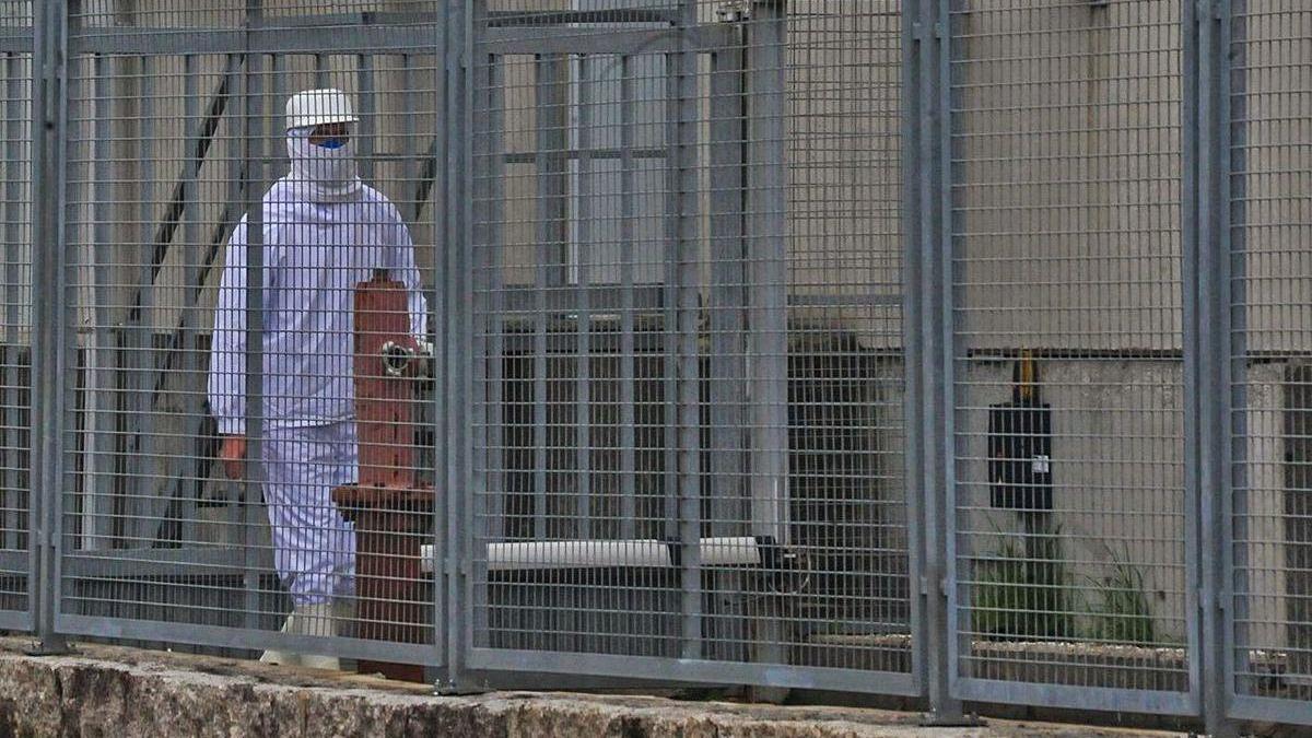 Un trabajador de Avigal, ayer, con el traje de protección. / Iñaki Abella