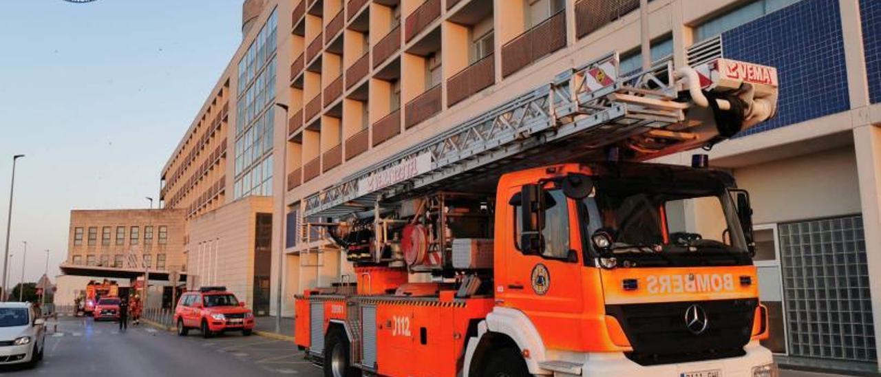 Los vehículos de bomberos, el martes en el hospital.   CONSORCI