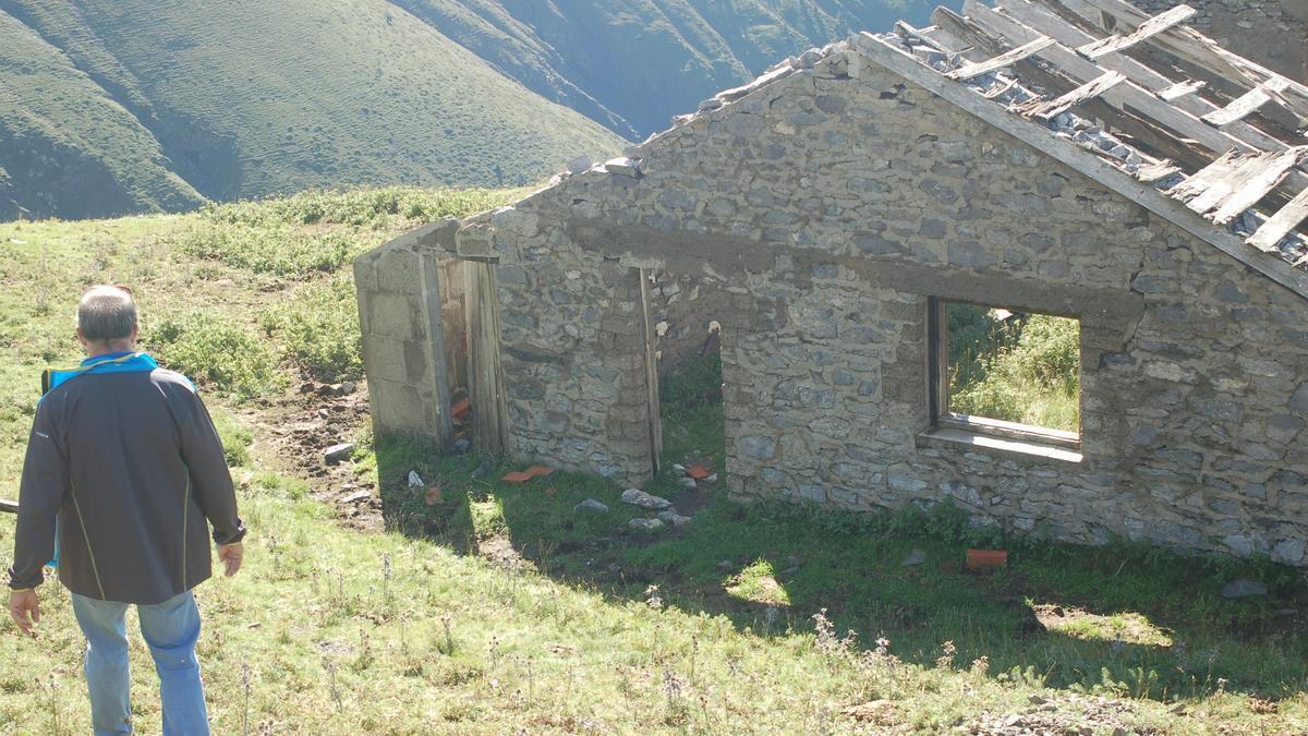 L'antic refugi on vivien els miners que s'instal·laven durant mesos a la muntanya de la Tosa