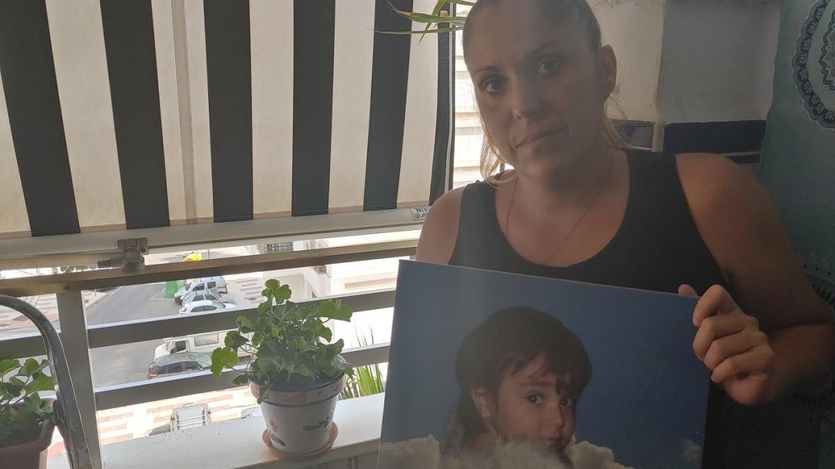 Fanny Morón, con una imagen de Claudia, que falleció en 2010 a los dos años de edad.