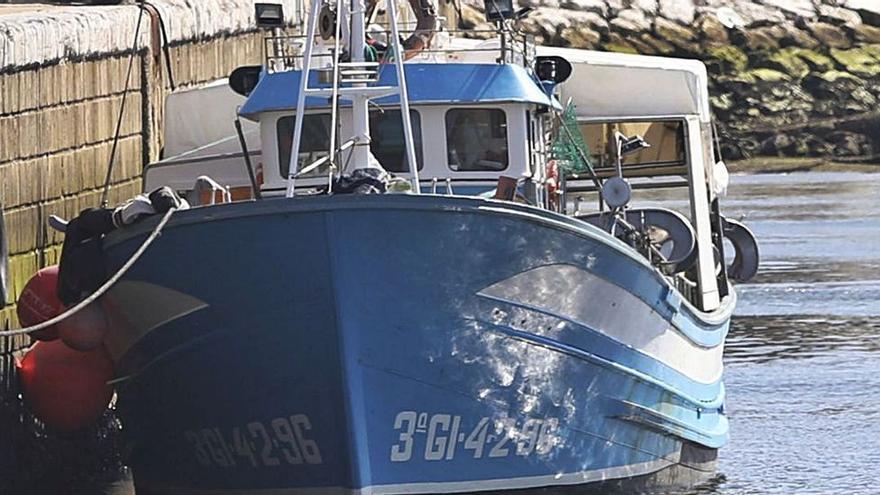 Un barco gallego atraca de emergencia en Avilés por un supuesto positivo por COVID