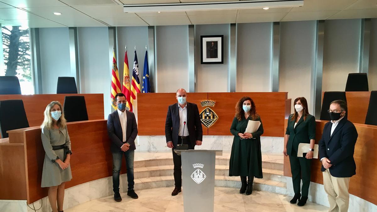 La consellera Pilar Costa, con las autoridades locales de Ibiza, en la rueda de prensa ofrecida hoy.