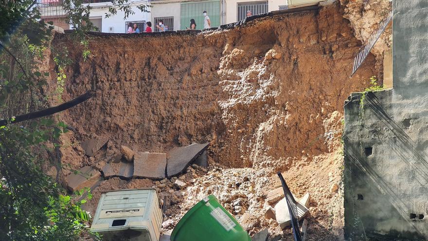 Un enorme socavón en Moixent engulle parte de la carretera junto al barranco