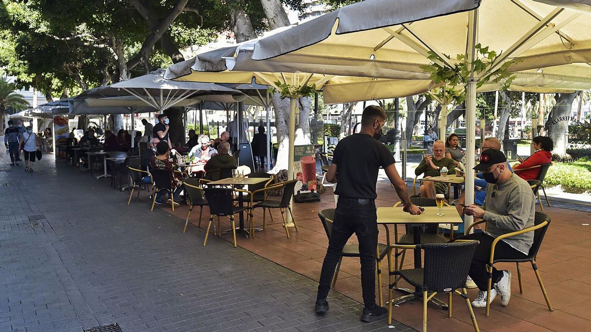 A waiter serves a customer on a terrace in Santa Catalina Park.  |  |  ANDRES CRUZ