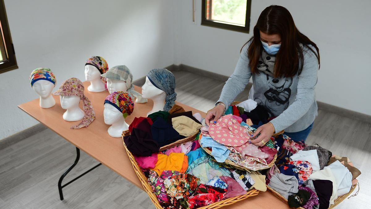 Una trabajadora de AOEx, con modelos de pañuelos de primavera.