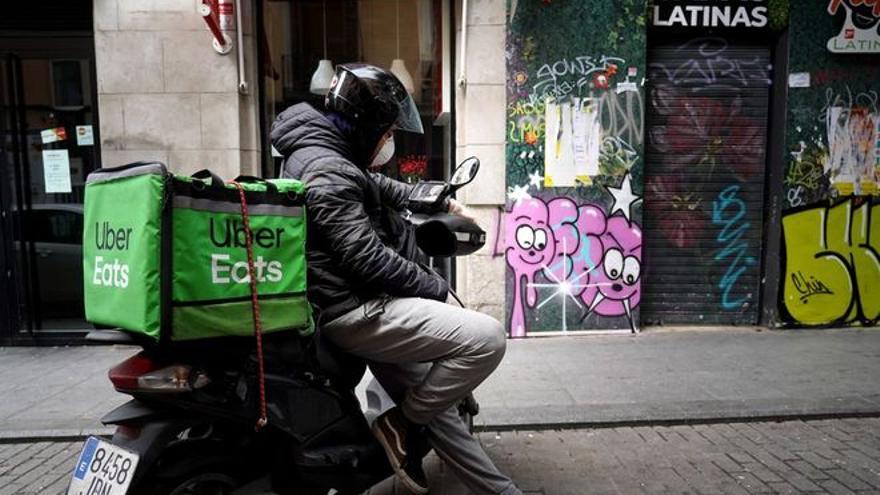 Denuncian a UberEats por ere encubierto al prescindir de 3.000 'riders' autónomos