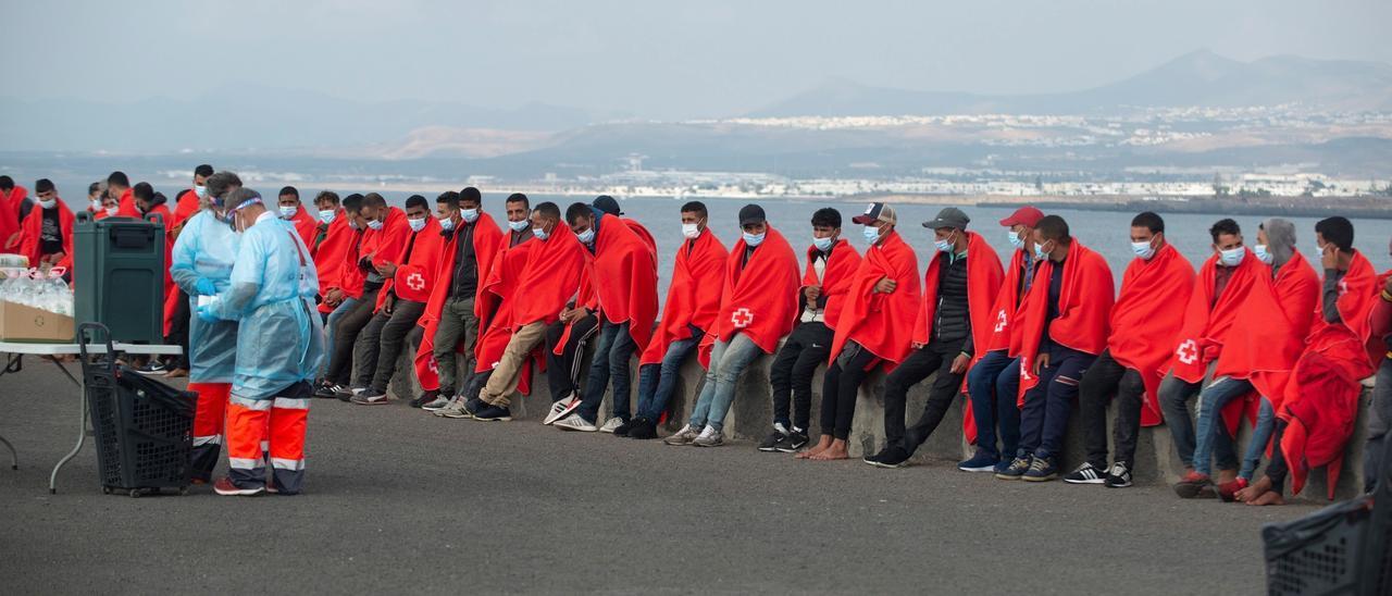 Miembros de la Cruz Roja asisten en el muelle de la Cebolla de Arrecife a algunos de los 73 inmigrantes de origen magrebí, que han sido rescatados este miércoles