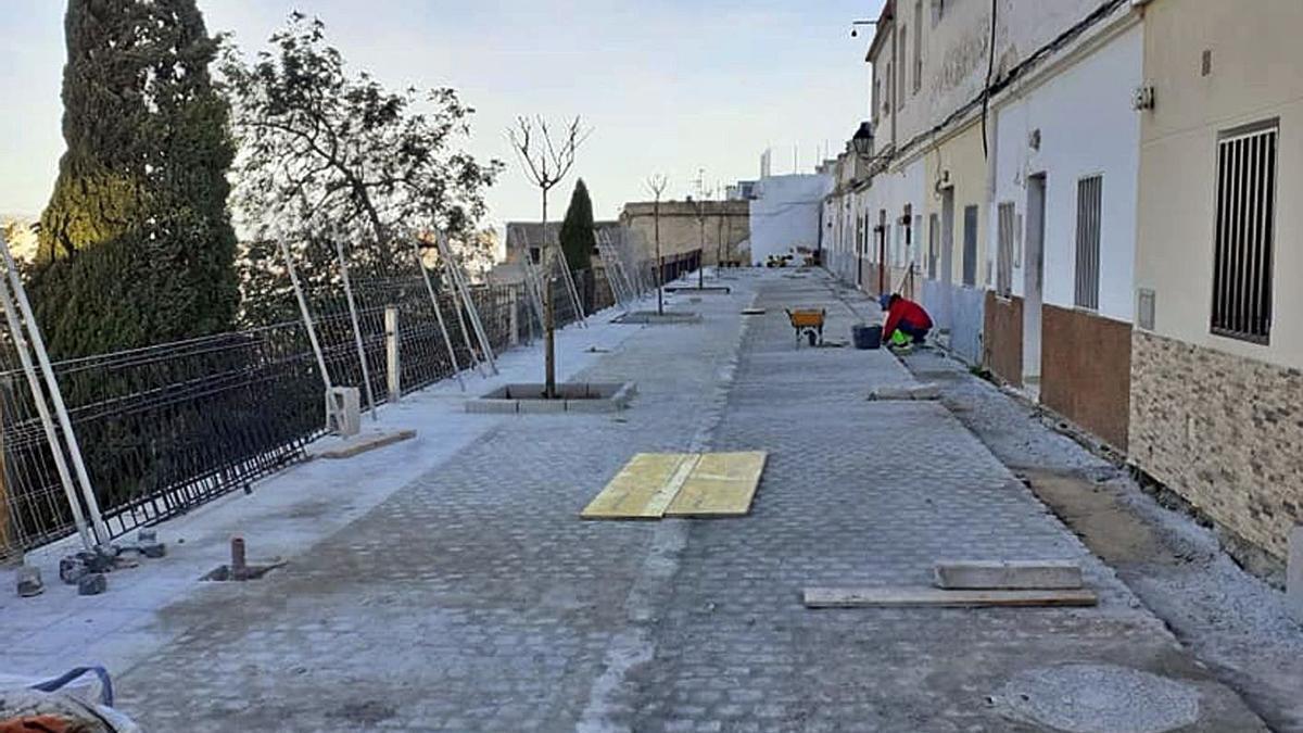Una de las calles que se está mejorando con la intervención del ARRU del Raval de Oliva.   LEVANTE-EMV