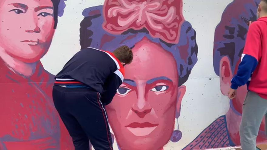 Estudiantes de Puente Genil reproducen el mural feminista que querían borrar en Madrid