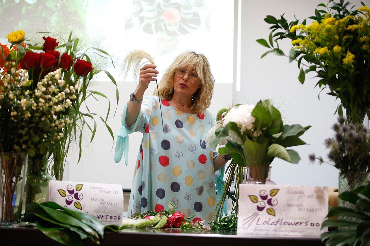 La florista Lola Rey realiza una demostración de creación de un ramo