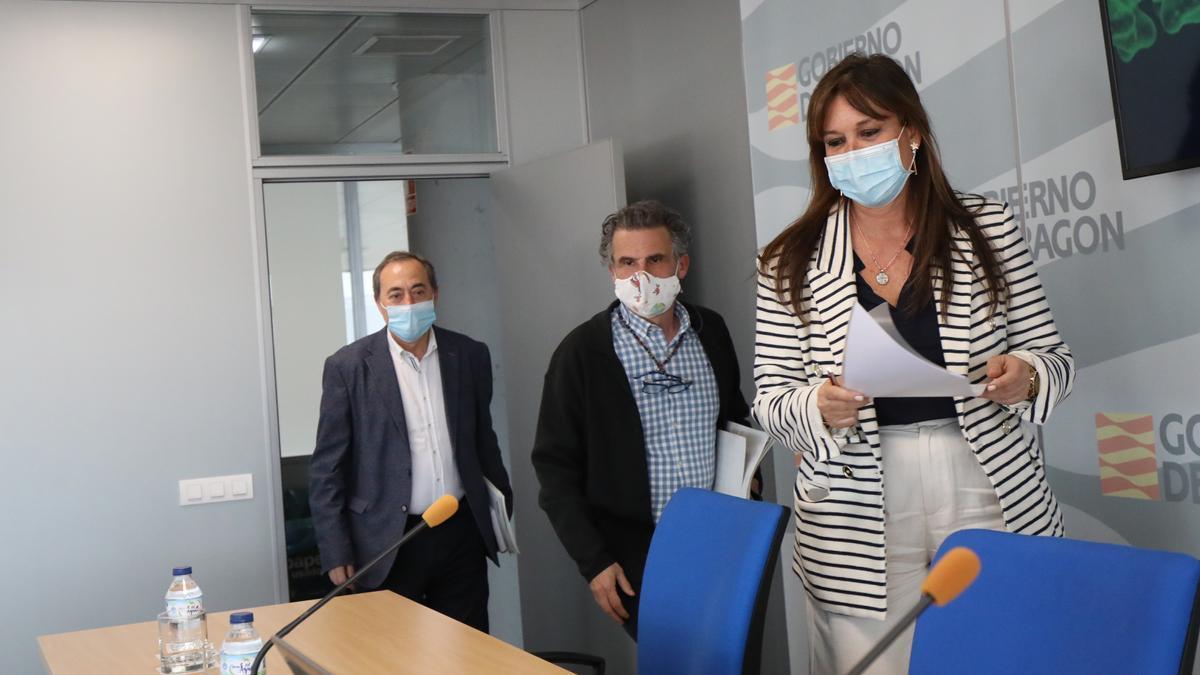 La consejera Sira Repolles; el director de Salud Pública, Francis Falo; y el gerente del Salud, José María Arnal, este jueves.