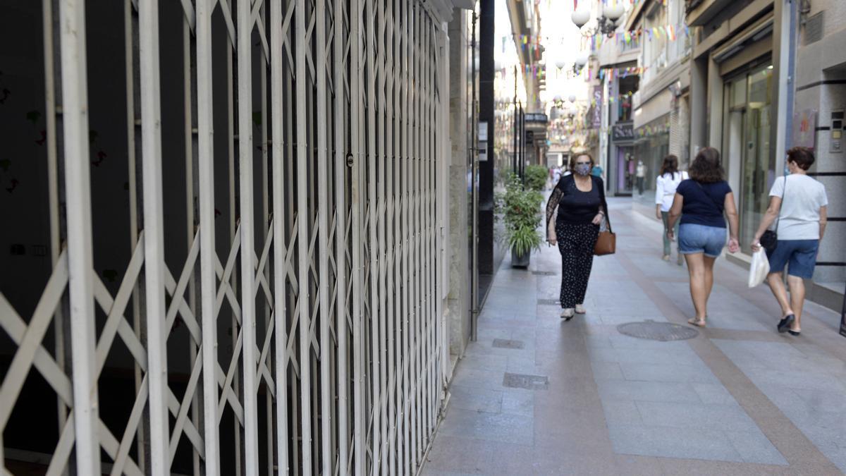 Persiana echada en un negocio de la calle Salvador.
